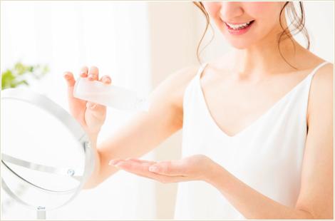 化粧水を使用している女性